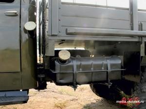 Штатный топливный бак вмещает 90 литров бензина
