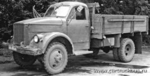 Из всех видов самодельных двухскатных ГАЗ-63 больше всего было, конечно же, бортовых. На этом экземпляре с дополнительным бензобаком установлены передние колесные диски от ЗИС-5. Город Бийск, Алтайского края, 1985 год.