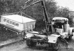 Специальный автомобиль-контейнеровоз с удлиненной базой для перевозки ядерных отходов АР2-63И тоже относился к разряду полноприводных и двухскатных. 1962 год.