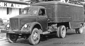 Выпускавшийся с 1958 по 1968 годы малыми сериями седельный тягач ГАЗ-63П с прицепом ПАЗ-744. Фото 1960-х.