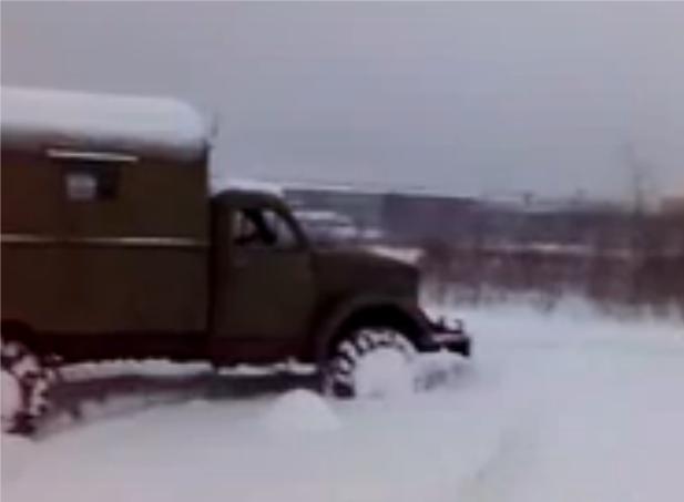 Грузовой автомобиль ГАЗ 63 едет по снегу в бездорожье